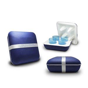 Die blaue Geschenkverpackung für Murano-Gläser, die wir mit Nestlé entwickelt haben, wird in 3 verschiedenen Ansichten gezeigt.